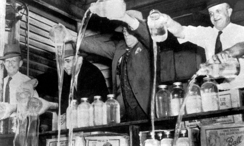 urban-nutters-europe-prohibition-workers-pouring-alcohol